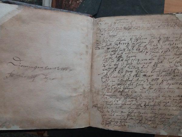 Alte Bücher, Niederschriften und Dokumente sind historische Zeitzeugen